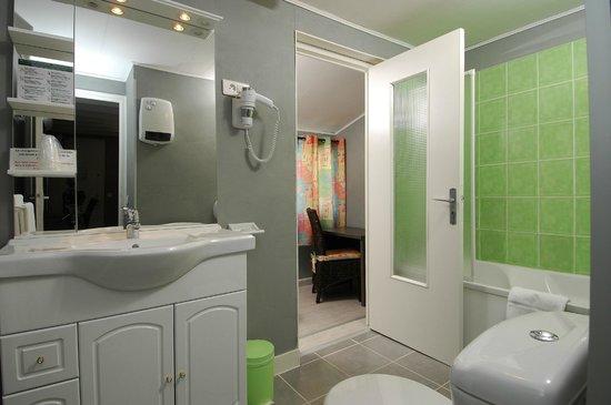 Hotel des 4 Vents : salle de bain de chambre 4 pers