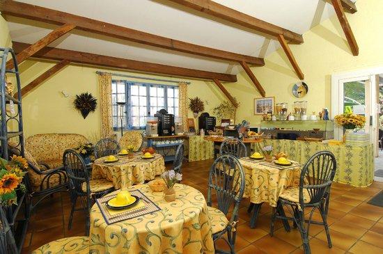 Hotel des 4 Vents : salle de petit dejeuner buffet libre service