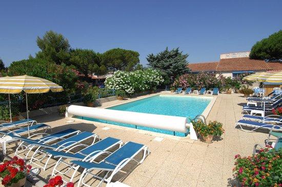 Hotel des 4 Vents : piscine avec bar