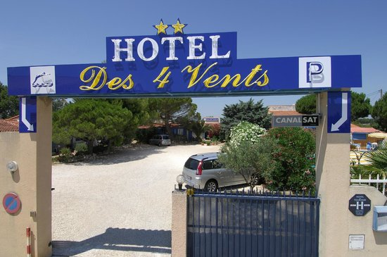 Hotel des 4 Vents : entrée du parking