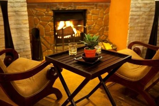 Maliba Mountain Lodge: Relax in front of the fireplace