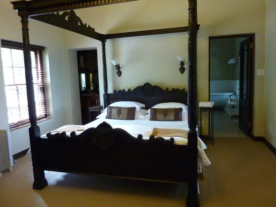 Schoone Oordt Country House:                   Honeymoon bed!!