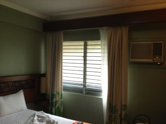 """مونتيبلو فيلا هوتل:                   the """"view"""" and the mega old, loud air conditioner.                 """