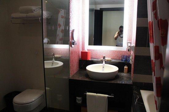 Resorts World Sentosa - Festive Hotel:                   sink area