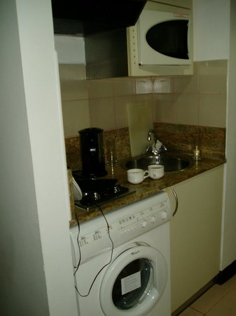 Golden Sands Hotel Apartments:                                     Kitchenette area