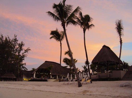Ambre Resort & Spa:                   Blick vom Strand zum Bar- und Poolbereich
