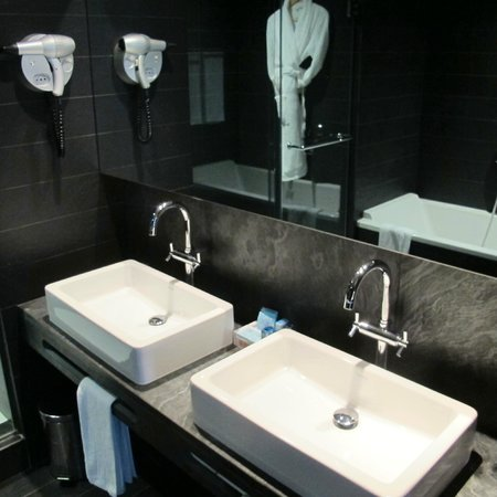 Novotel Barcelona City: Toilet area
