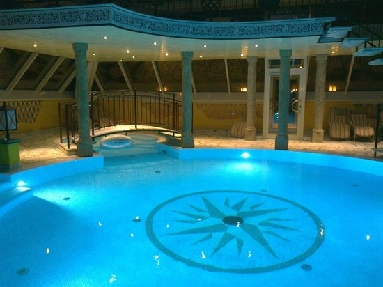 Vila Vita Burghotel Dinklage:                   vue piscine le soir