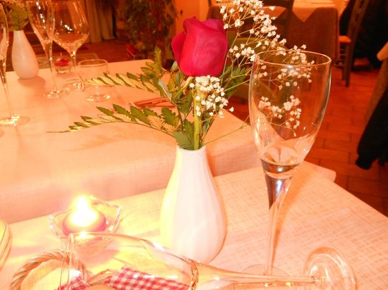 Al Canto Del Maggio:                   Una bella rosa fresca al tavolo molto gradita