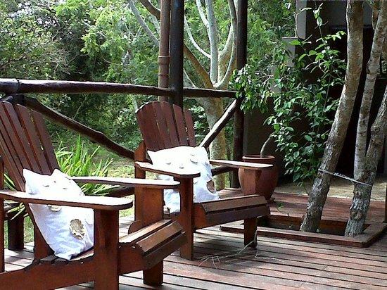 Isinkwe Backpackers Bushcamp: Seating next to pool