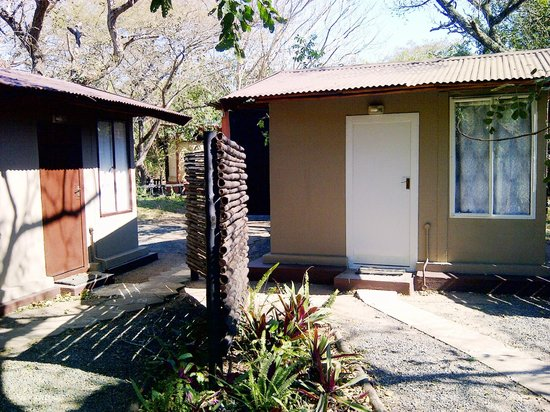 Isinkwe Backpackers Bushcamp: Twin Rooms with shared communal bathrooms