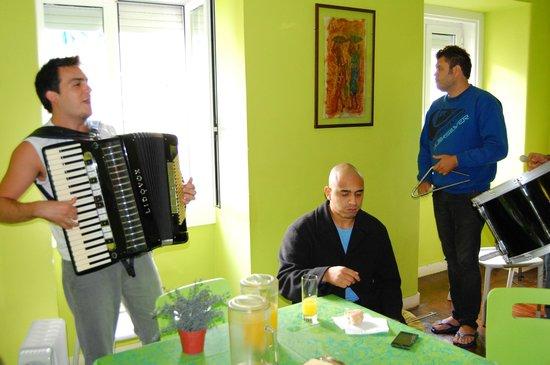 Lisbon Old Town Hostel:                   Café da Manhã com Música
