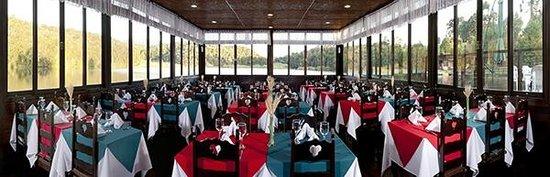 Tijucas do Sul, PR: Deck do restaurante com vista para o lago.