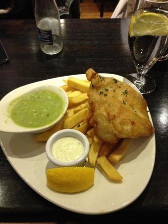 The Galleon Restaurant:                   fish and cips con salse