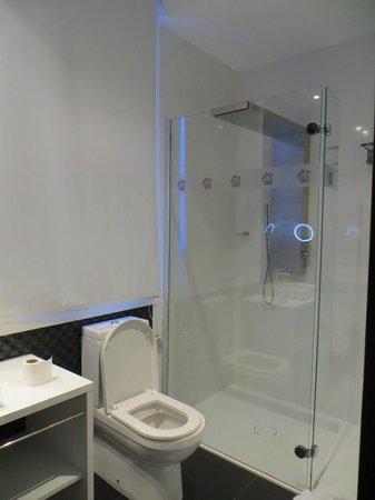 Petit Palace Lealtad Plaza:                   Room 414 Bathroom