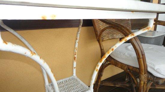 Hotel Ville La Plage:                   Habitación 206 - balcón - Mesa oxidada