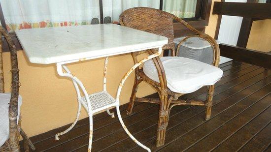 Hotel Ville La Plage:                   Habitación 206 - balcón - Mesa oxidada - sillas de ratán viejas con tapizados