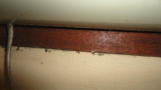 Hotel Ville La Plage:                   Habitación 206 -  Telaraña con bichos debajo del equipo de Aire acondicionado
