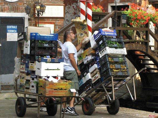 Santa Margherita Guesthouse : trasporto tra calli e ponti