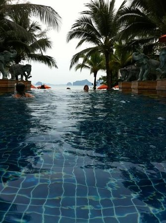 Amari Vogue Krabi: Pool overlooking the beach