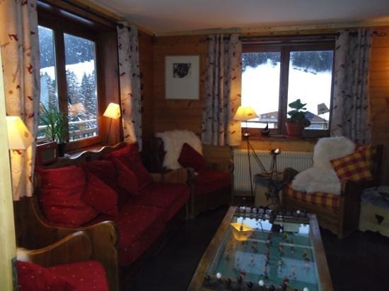 Hotel Chalet Alpage:                   le coin salon ...avec la cheminée....cosy .....