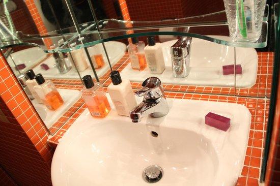 122 Great Titchfield Street B&B:                   lavabo et salle d'eau qui donne bonne mine