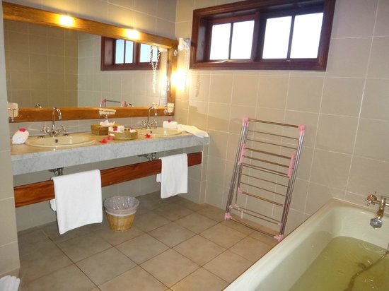Hotel L'Archipel :                   Ванная комната с душем и ванной