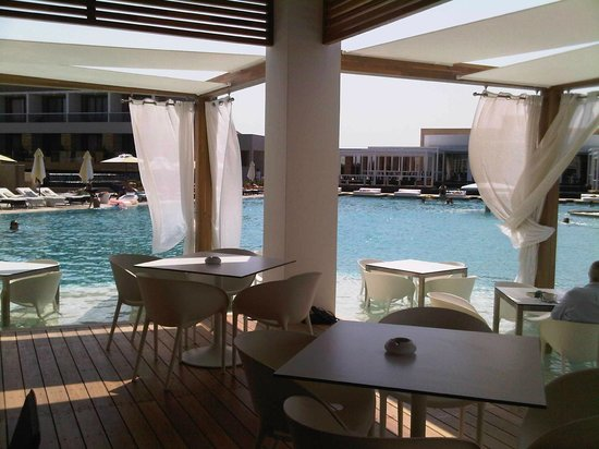 Pelagos Suites Hotel:                   Poolbar