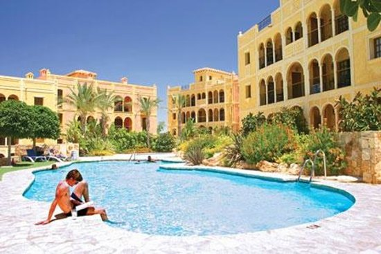 The Desert Springs Resort: Relaxing by the pool in the apartments and townhouses