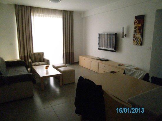 Capital Coast Resort & Spa:                   Wohnzimmer mit großem Flachbildschirm