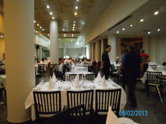 Capital Coast Resort & Spa:                   Speisesaal abends eingedeckt