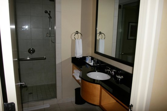 Renaissance Chicago O'Hare Suites Hotel:                   bathroom