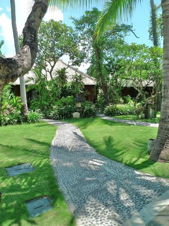 Hotel Santika Premiere Beach Resort Bali:                   pathway from the beach
