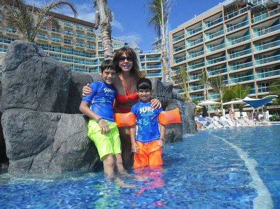 Hard Rock Hotel Cancun:                   En la pileta