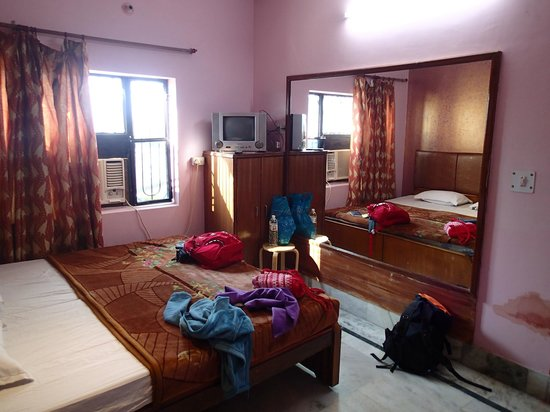 Hotel Rashmi:                   bedroom