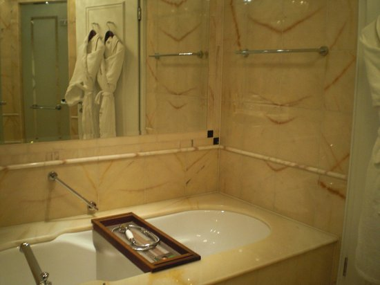 The Ritz-Carlton, Berlin:                   Das Badezimmer