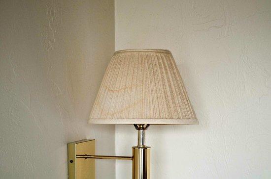 Econo Lodge : lampada sporca e impolverata
