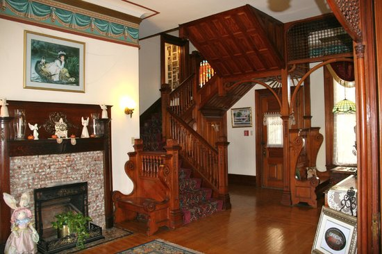 The Victorian Bed & Breakfast Inn: Grand stair case