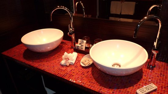 Buddha-Bar Hotel Prague:                   No fighting over sink space