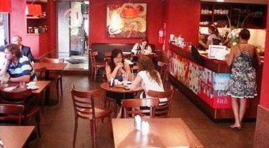 Dos Escudos Cafe:                   Salón