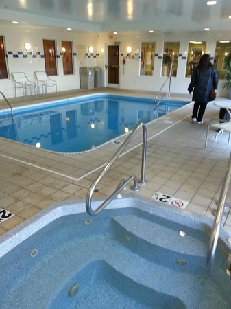 Fairfield Inn & Suites Cleveland Avon :                   Pool & Jacuzzi