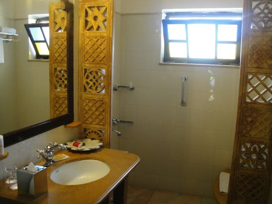 Gateway Hotel Rawalkot Jaisalmer:                   Bathroom.