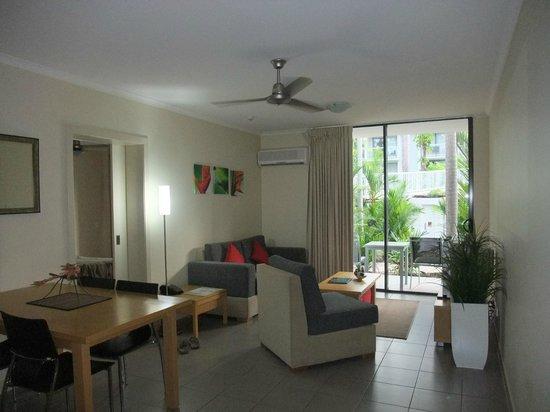 คิวที พอร์ท ดักลาส:                   Living area and dining table