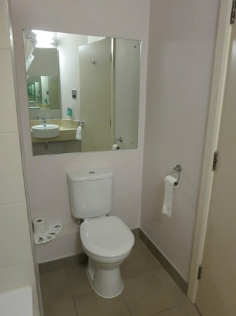 Jurys Inn Manchester City Centre : Bathroom