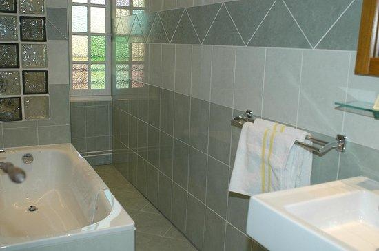 Akhotel: Salle de bain chambre double