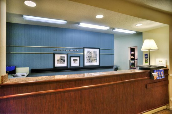Hampton Inn Marble Falls-On The Lake: Front Desk