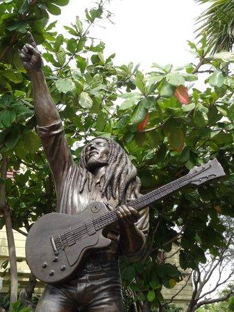 Bob Marley Museum :                   ESTATUA BM