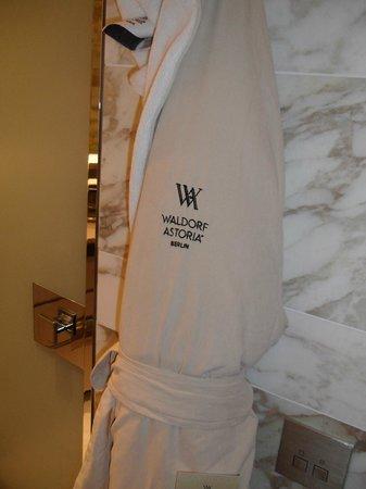 traumhafter bademantel bild von waldorf astoria berlin berlin tripadvisor. Black Bedroom Furniture Sets. Home Design Ideas