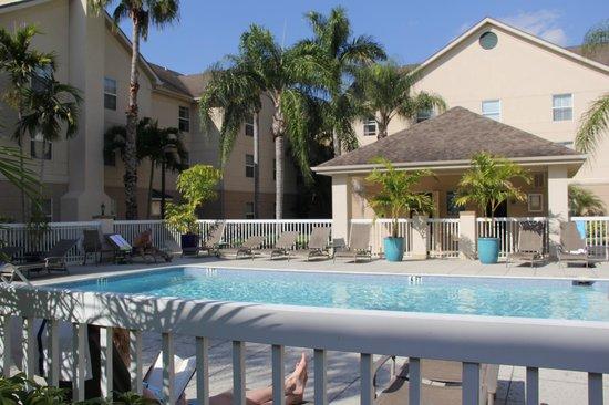 Homewood Suites by Hilton Fort Myers Airport / FGCU:                   Vista do refeitório para a piscina do hotel...