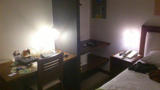 Hotel HEX: Desk in rooms.
